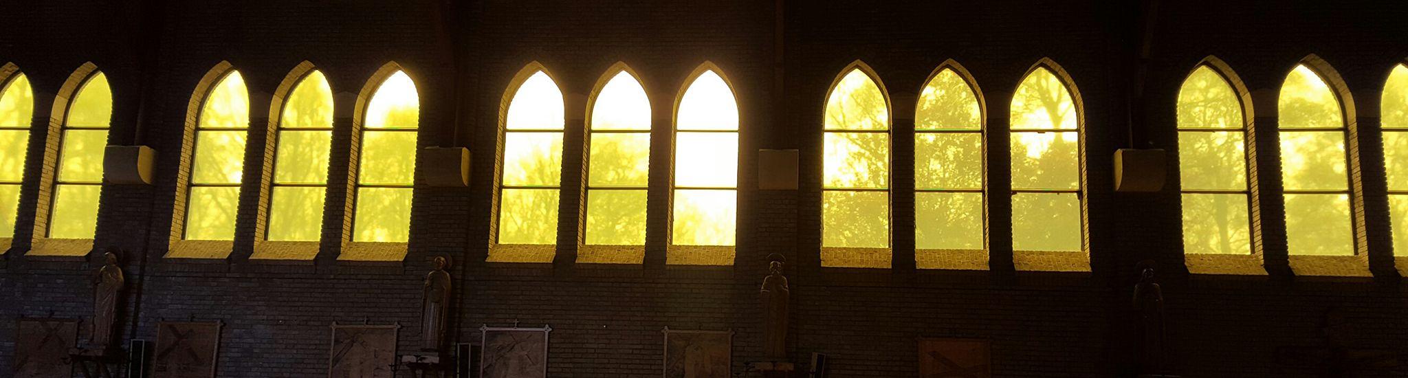 De gerenoveerde ramen van de kerk in Steenwijksmoer